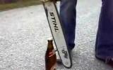 Stephan Rossegger öffnet die Bierflaschen auf seine Art…